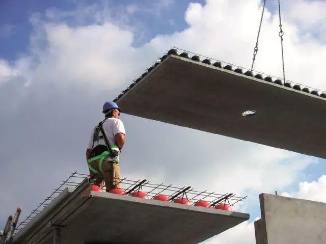 第一次!德国人浇筑楼板混凝土时把塑料球放里面,难道是偷工减li