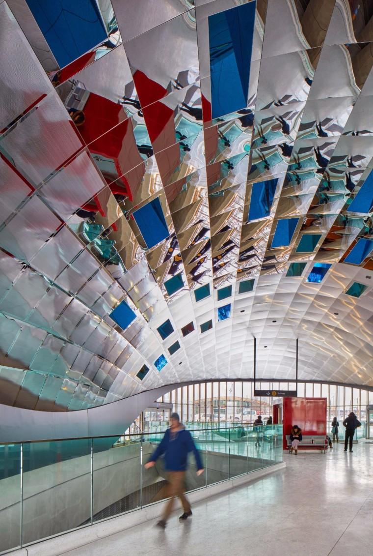 弧形镜面天花板内的地铁站-15