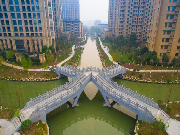 """杭州X造型混搭中式拱桥被戏称""""劈腿桥"""""""