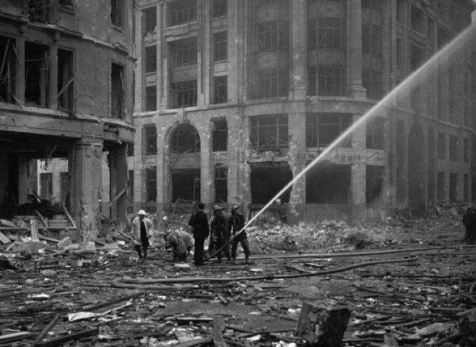 叙利亚战争后的城市建筑对比,满地废墟浓烟弥漫_9