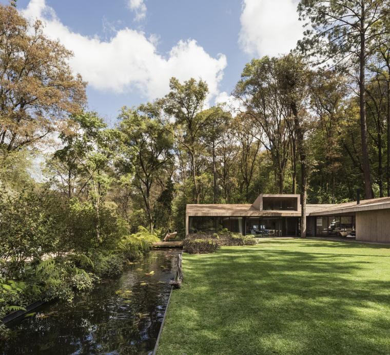 墨西哥浸润在绿意中的L型体量住宅外部实景图 (2)
