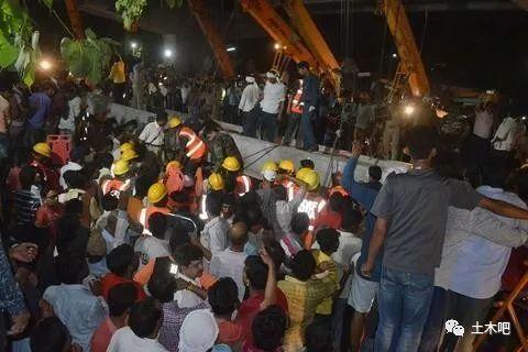 印度在建天桥倒塌!十多人死亡_7