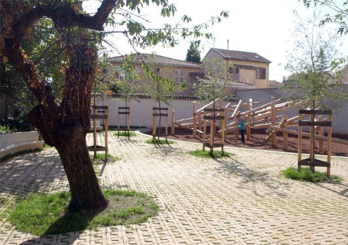 住宅区中的私人花园景观实景图 (1)