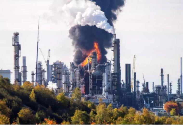 加拿大一炼油厂发生爆炸4人受伤!现场黑烟滚滚!!