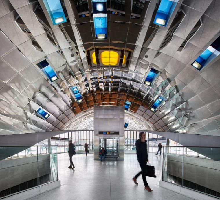 弧形镜面天花板内的地铁站-6