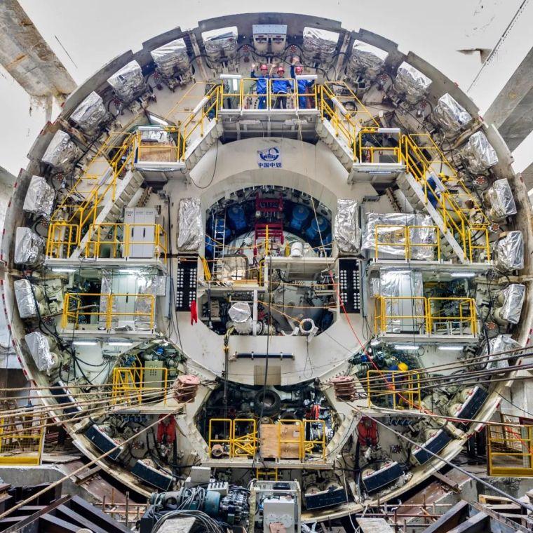汕头海湾隧道最新进展,570吨盾构机刀盘下井!_3