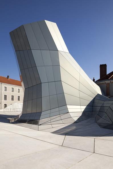 扭曲聚变,来自未来极具科幻摩登感的前瞻性之作——FRAC文化中心