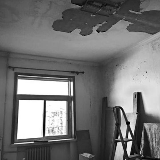 北京:老楼加固改造引发屋顶漏水,居民家中损失严重