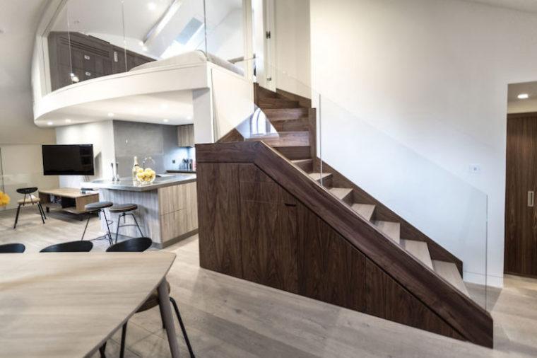 唯美的阁楼和木制的质感楼梯设计