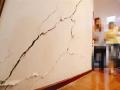 业主凿穿地板改复式楼上墙壁地板出现裂缝