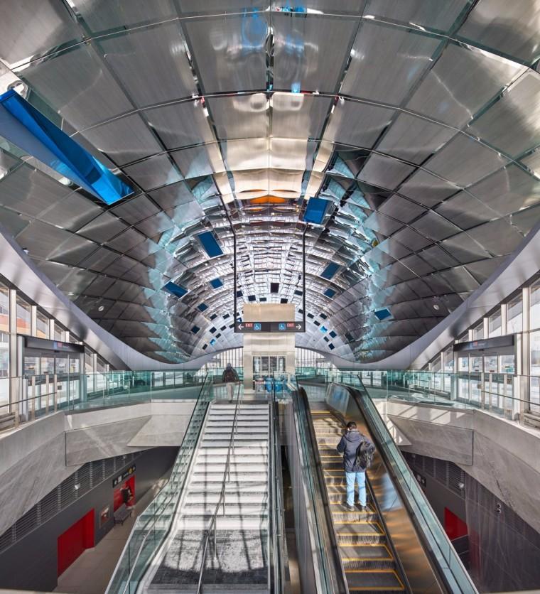弧形镜面天花板内的地铁站-10