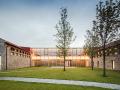 轻触湖面,御风而立的架空展厅/Aguilo+佩德拉萨