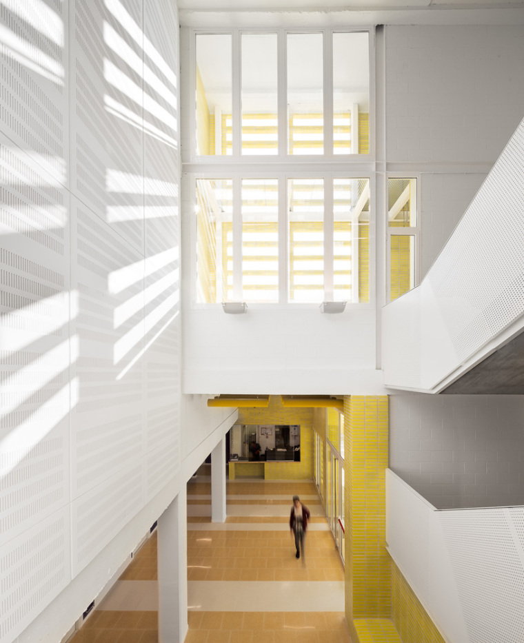 Cabrils中学——黄色的基座,凹凸变化的体量