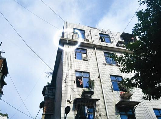 老楼房外墙大片瓷砖突然脱落 幸无人员伤亡