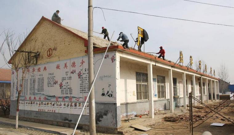 保护农民工资料下载-农民工零防护高空拆房顶,一天赚百元