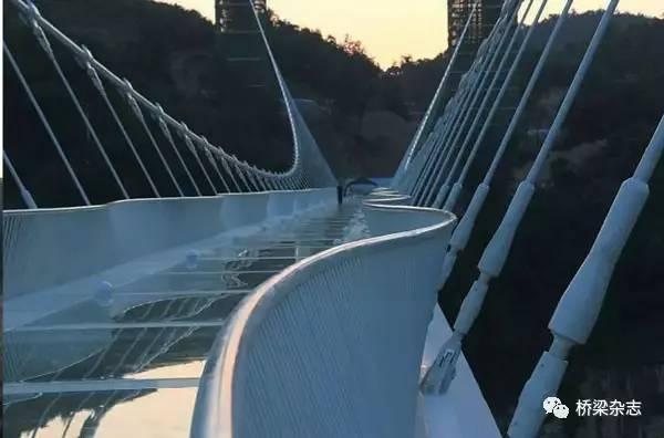 组合功能异形玻璃桥面悬索桥建设新思路