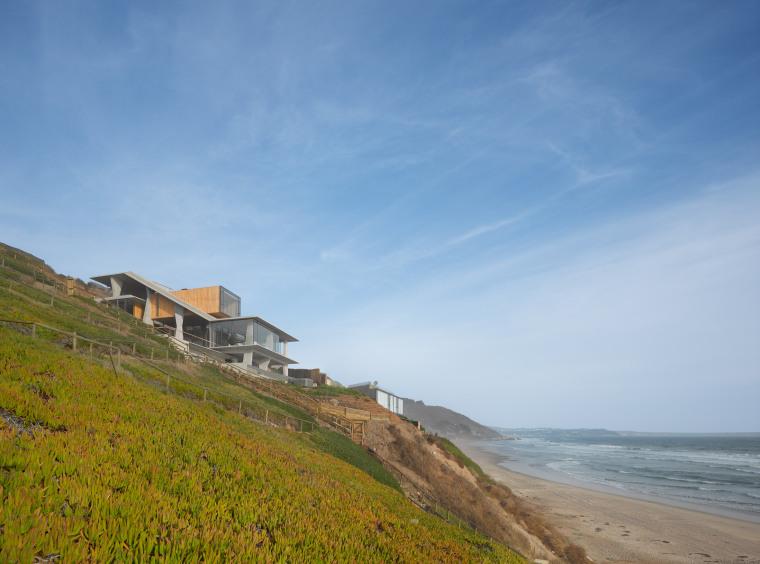 陡坡上的海滨住宅