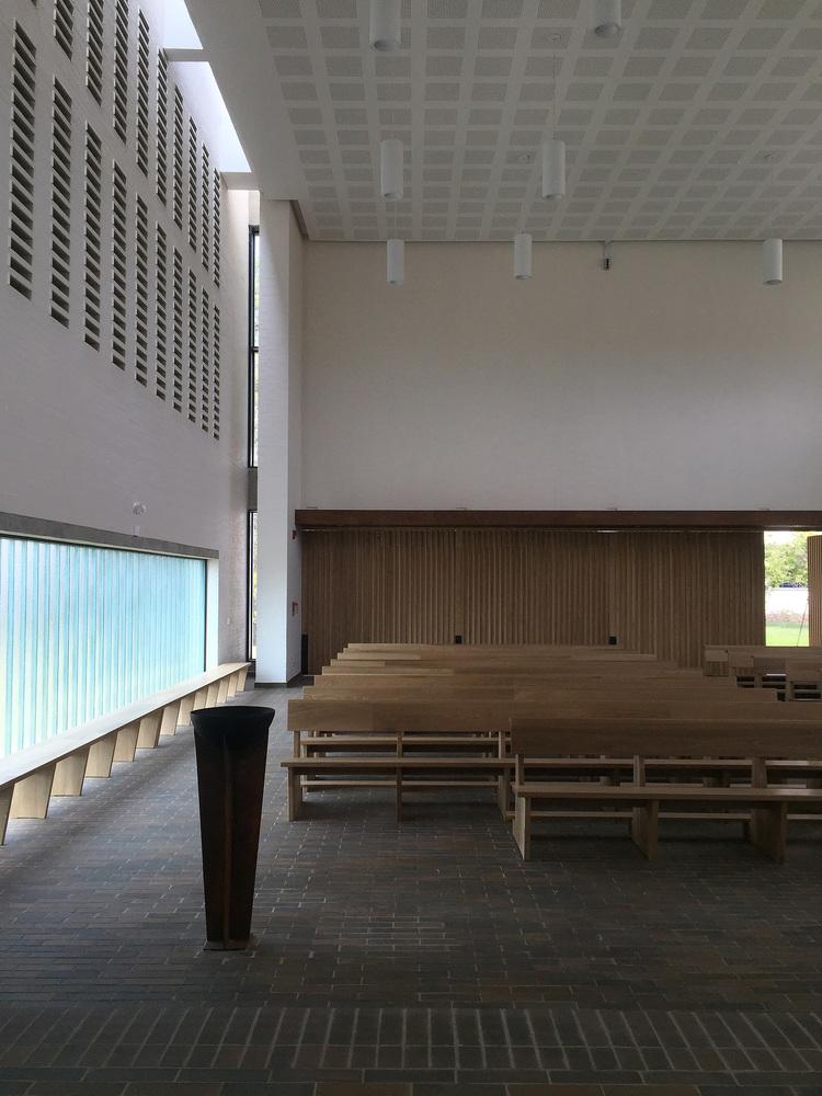 白色的圣塞西莉亚社区教堂-14