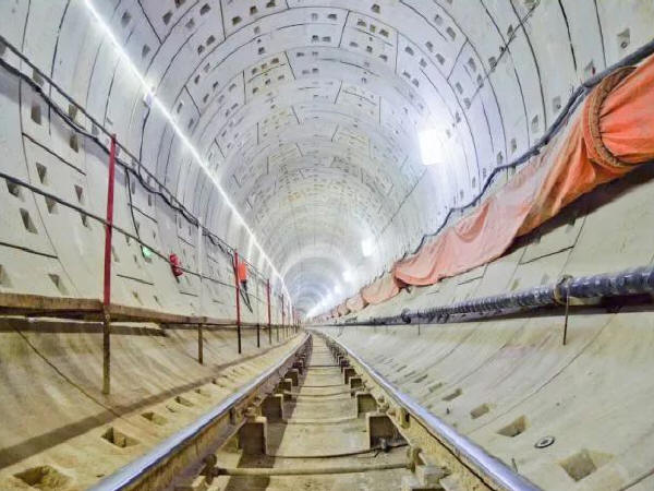 中建六局首个盾构法施工综合管廊隧道全部贯通_1