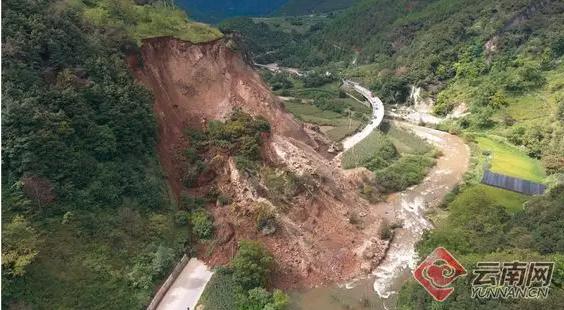 突发|云南香格里拉国道214突发山体滑坡大量土石倾泻而下_2