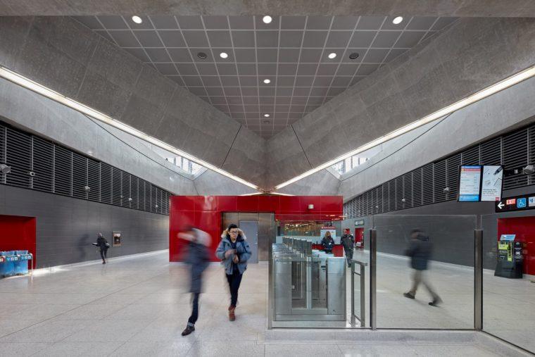弧形镜面天花板内的地铁站-17