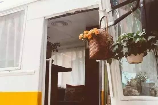 80后姑娘爆改报废大巴,打造春城最温暖的照相馆_27