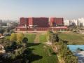 火红色渲染大地,喧嚣和宁静并存:塔帕大学学生宿舍一期工程