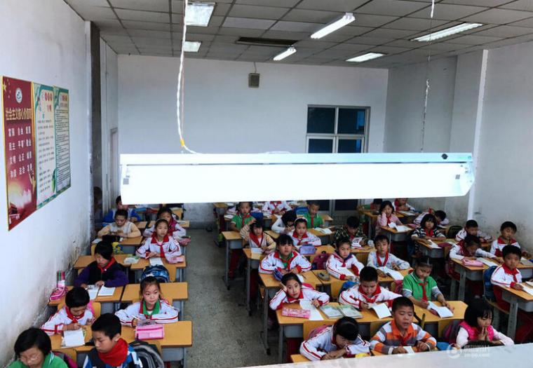 旧村改造学校拆除,学生蜗居体育馆看台