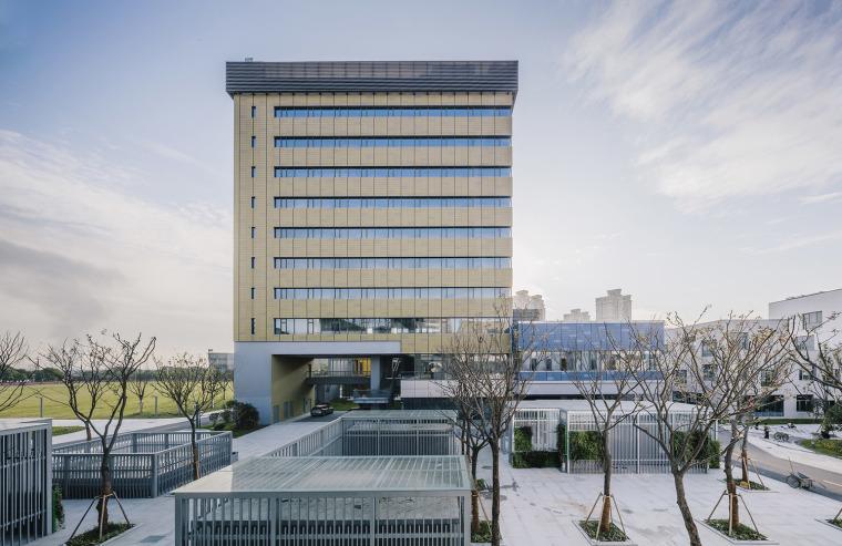 嘉定汽车城研发港是一个结合了商业和研发办公混合使用的新一代的产业园区综合体。 项目由3栋塔楼和4栋裙楼组成,建筑面积约47,100平方米,功能包括酒店、会所、餐饮、办公和研发。本案设计的重点之一在于整合部分地上空间及地下空间来容纳天然气发电设备,为整个科技研发港园区21,200平方米的研发办公楼提供了可靠的清洁能源。项目位于上海嘉定,是一个对设计师有着莫大意义的项目。首先,在2010年承接此案时,事务所尚未完整经历过如此规模和类型的研发办公及商业配套的园区生活综合体。而在设计师介入的时候,由维思平主持的
