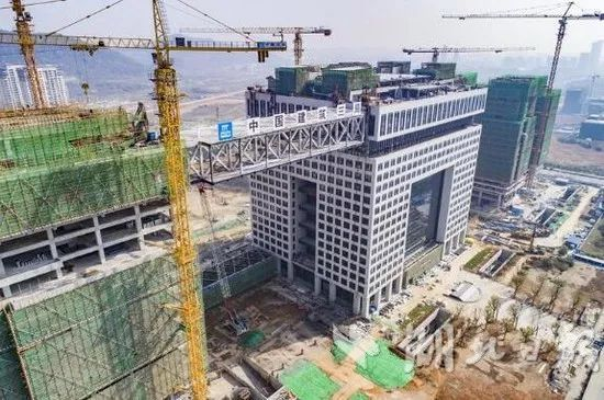 """重1500t,可抗10级风,我国高层建筑最大跨度钢连廊""""升空"""""""