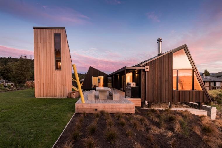 新西兰庭院围绕的家庭度假别墅