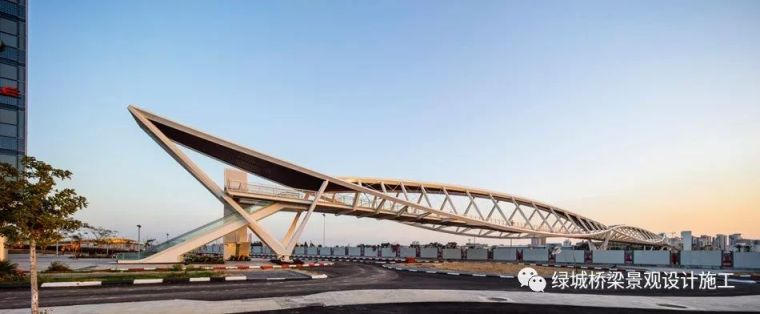 人行桥四钢拱形结构,淋漓尽致展现弯曲和扭曲美