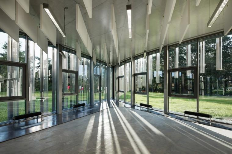 法国那栋与树共生的银色办公楼_12