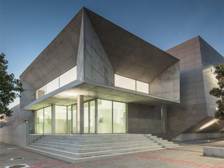葡萄牙悬挑入口空间的体育中心