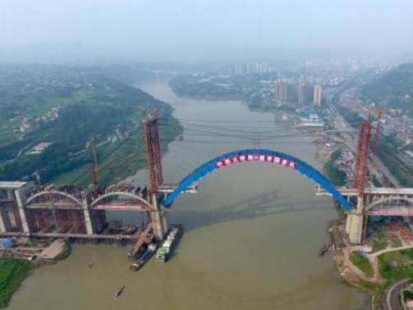 """世界最大跨度钢箱拱桥""""成贵高铁金沙江公铁两用大桥""""主拱合龙_1"""