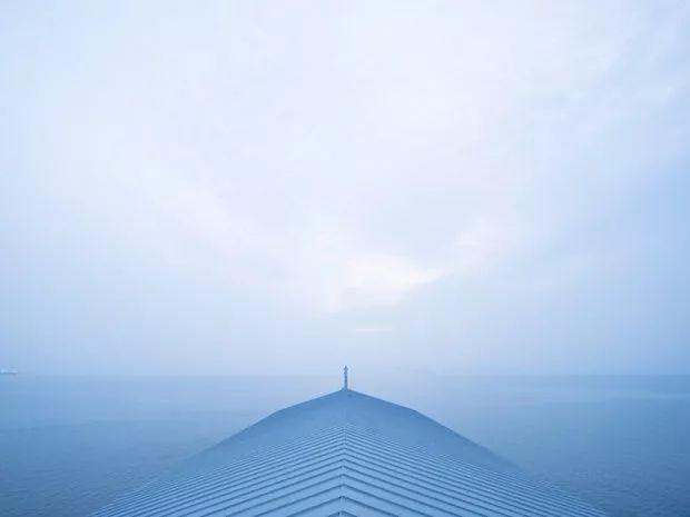 22年2000个项目,这个日本建筑师又在海上造了一个漂浮客栈