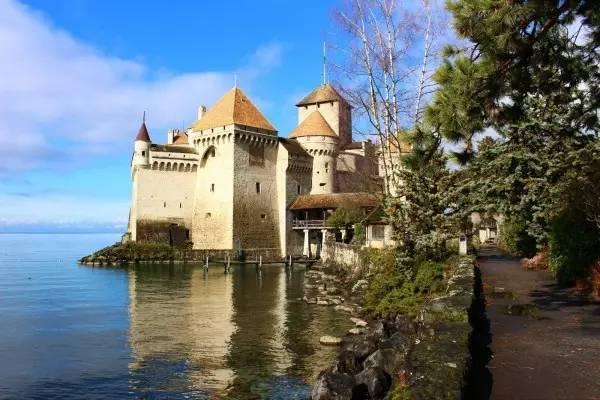 全球50个地标性建筑,认识10个就算你合格!-西庸城堡(瑞士•蒙特勒).jpg