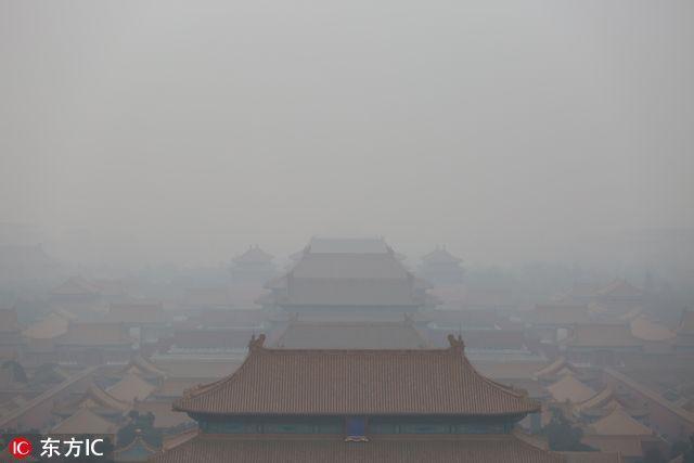 北京地标迎战重污染 景山观故宫隐入雾霾开启隐身模式