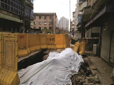 南京评事街施工挖断居民楼地基?开挖边缘距离居民楼不到1米