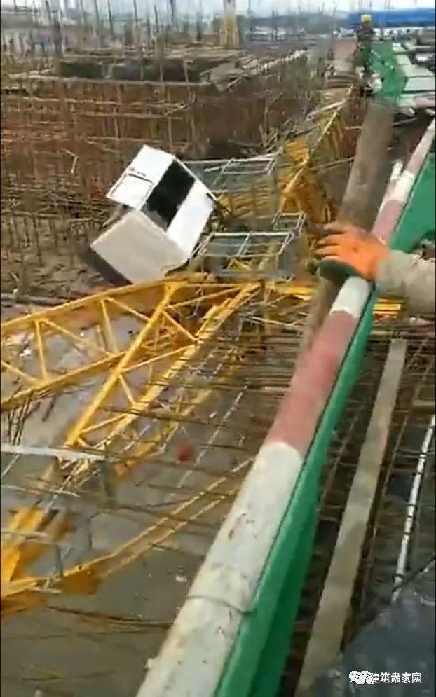 突发!云南昆明一在建工地塔吊发生倒塌事故!_1
