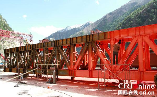 西藏拉萨到林芝铁路建设攻克多个地质与施工难题