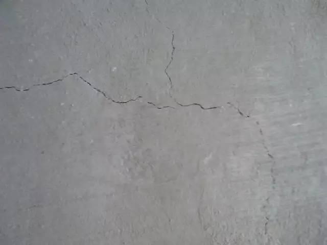 2、后浇带浇筑时间控制不足,从而引起结构性沉降裂缝.-地下室混凝