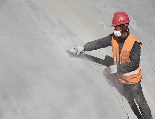 探访海拔3000米的四川两河口水电站施工现场,施工难度首屈一指!-一名工人在对混凝土心墙盖板进行表面处理.jpg