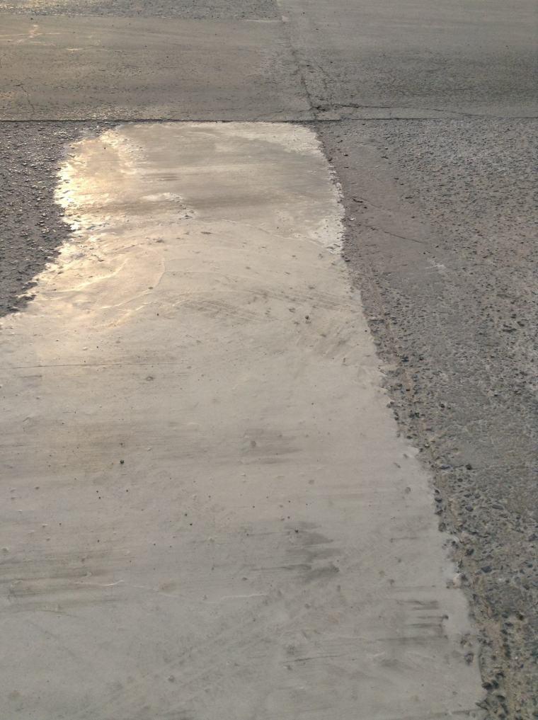水泥混凝土路面坑洞较多怎么修补?