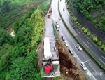 """这个设计我给满分!重型卡车冲出悬崖,""""网兜""""救了驾驶员的命!"""