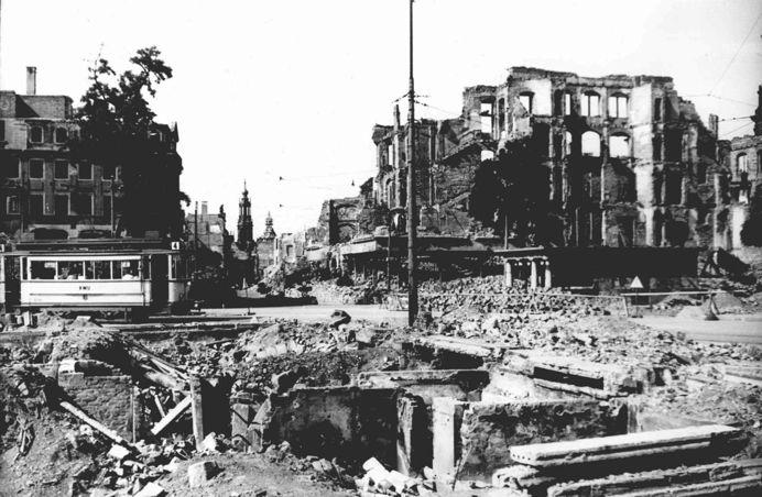叙利亚战争后的城市建筑对比,满地废墟浓烟弥漫_17