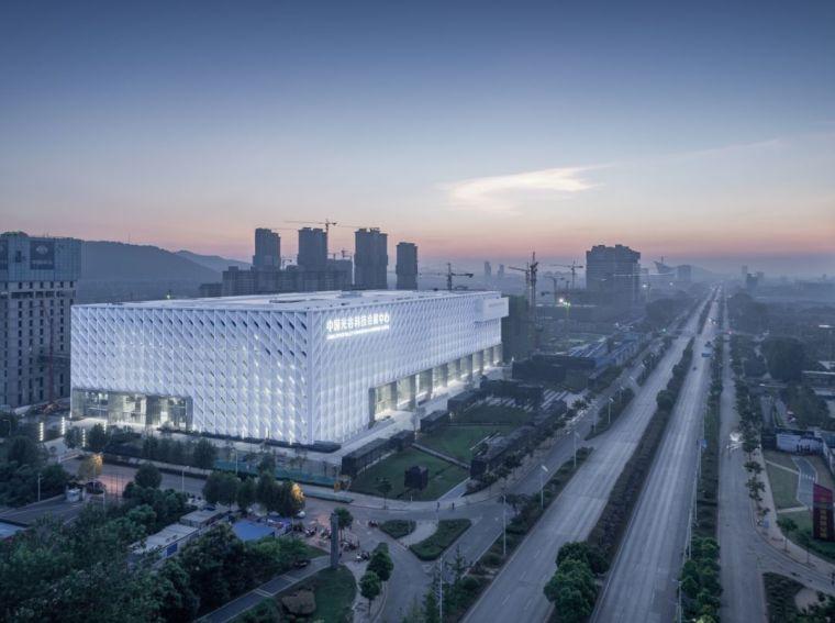 """建筑师用""""光""""玩转建筑——中国光谷科技会展中心"""