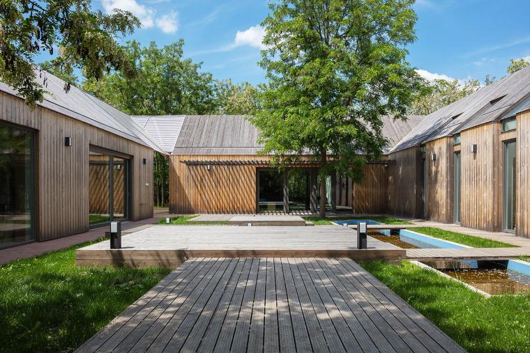 匈牙利传统价值观下的当代农场别墅