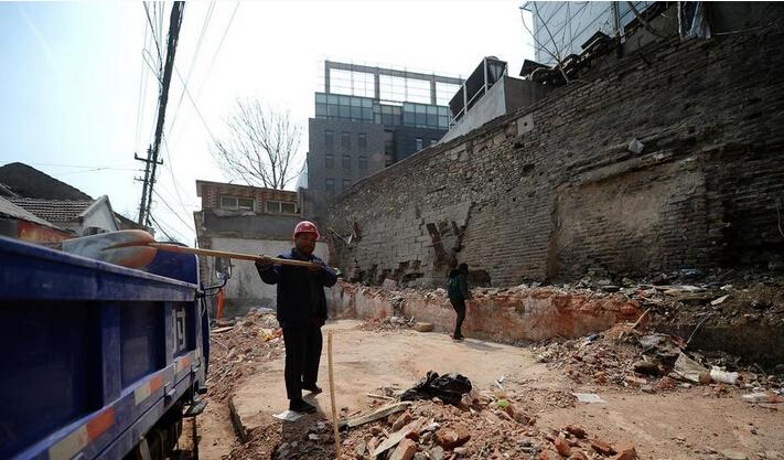 济南拆除违章建筑,露出600岁古城墙
