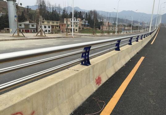 桥梁防撞护栏混凝土外观质量优化策略